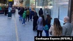 Много от българите, гласували в Стратфорд, Източен Лондон, прекараха повече от половината си неделя в чакане пред единствената избирателна секция в този район