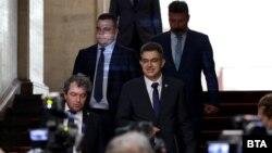 Пламен Николов (в средата), след като е получил мандата за съставяне на правителство в петък