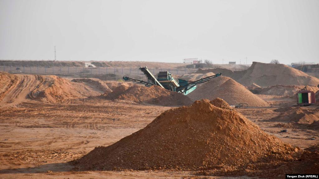 У січні 2021 року російська поліція заарештувала будівельну техніку, що видобувала і вивозила пісок з Язикової балки. У лютому роботи знову відновилися. На сьогодні (початок березня) самоскидів у кар'єрі немає, але дробарка на місці