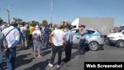 Протестующие блокируют одну из центральных улиц в Туркестане. 17 июня 2021 года.