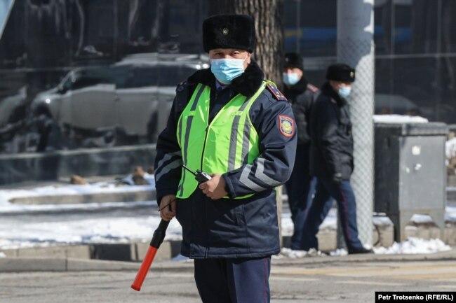 Полицейский патрулирует улицу неподалеку от места, где должен был состояться митинг. 28 февраля 2021 года.