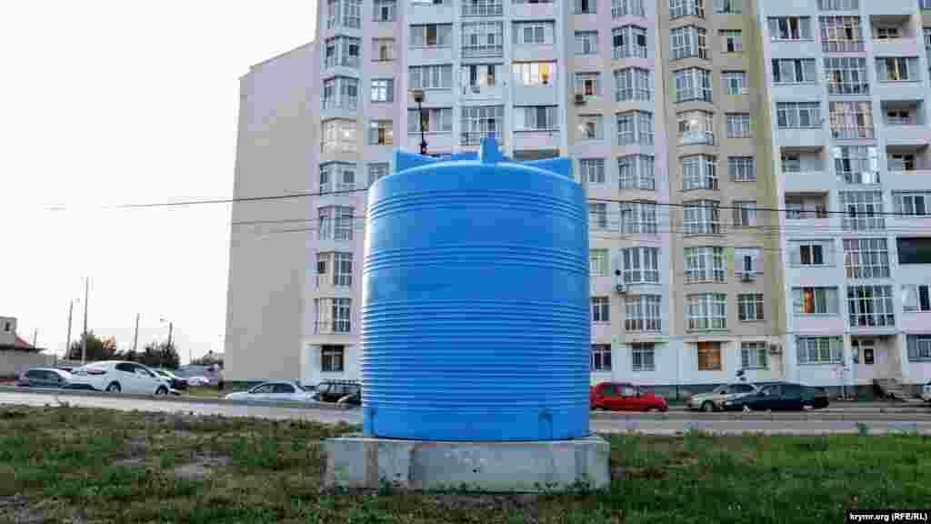 Емкость на улице Кантар напротив многоэтажного дома. Правда, пока здесь не установили краны
