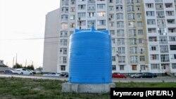 Симферополь: водный кризис и нашествие синих бочек(фотогалерея)