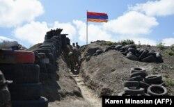Солдаты идут в окоп на пограничном пункте между Арменией и Азербайджаном возле села Сотк. 18 июня 2021 года