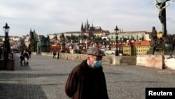 آرشیف، یکی از شهرهای جمهوری چک خالی از ازدحام پس از گسترش موارد مثبت ویروس کرونا در این کشور.
