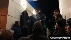 Крымские активисты и родственники, направлявшиеся на суд в Ростов-на-Дону, требуют у представителей российской ДПС разъяснить причину их задержания на Керченском мосту. 3 ноября 2020 года
