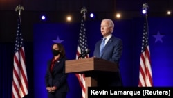 Joe Biden demokrata elnökjelölt beszéde, oldalán Kamala Harris alelnökjelölttel a delaware-i Wilmingtonban 2020. november 7-én.