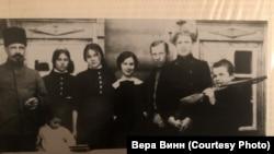 Петр Витте с детьми: Еленой, Ксенией (в гимназических формах), Борисом (а шапке), Александром (с ружьем в руках) , маленьким Владимиром