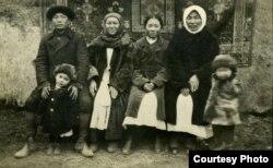 Слева направо: Мусапыр Мусалинов (в роли жениха), супруга Эсенгулова Ахмета Балкия (мать Куке), Нурулахан Чынгышева (в роли невесты), Салыш, супруга Мусалы Болотова.