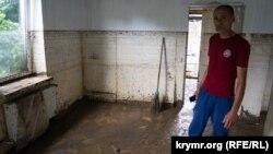 Рустем Мурасов в своем доме после наводнения, 6 июля 2021 года
