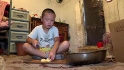«Мама уходит на работу, когда мы спим». Как живут дети в самых бедных районах Бишкека