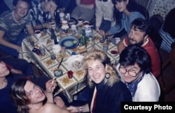 Joanna Stingray (center), Boris Grebenshchikov (bottom left), members of Akvarium, and friends at a Leningrad house party in 1986