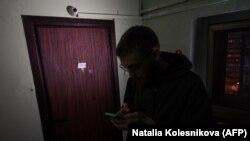 Nepoznata osoba ispred stana Alekseja Navaljnog