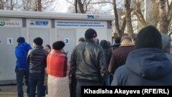 У пункта тестирования на COVID-19 люди в городе Семее. В Восточно-Казахстанской области пятый день фиксируют более 200 случаев с положительным ПЦР-тестом на коронавирусную инфекцию.