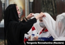 Русия спортчылары уеннар алдыннан чиркәүдә дога кыла, 30 июнь