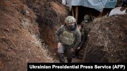 Президент України Володимир Зеленський під час поїздки в зону бойових дій на Донбасі на тлі загострення воєнної ситуації, 8 квітня 2021 року