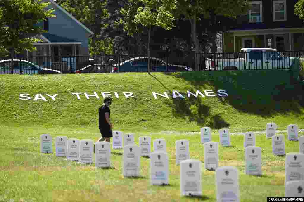 Акция «Назови их имена»: импровизированное кладбище в память о тех, кто умер из-за действий полиции. Миннеаполис, штат Миннесота. В этом городе погиб Джордж Флойд.