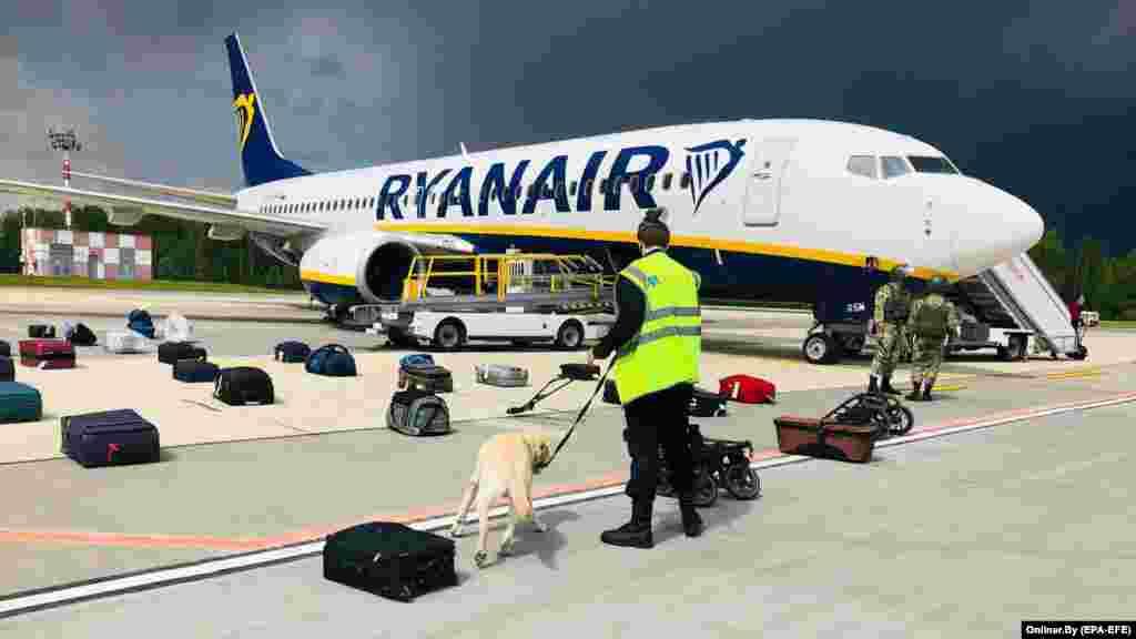 ВЕЛИКА БРИТАНИЈА / ГЕРМАНИЈА - Авион на Рајанер кој летал од Даблин до Краков бил пренасочен кон Берлин, откако екипажот добил предупредување за потенцијална безбедносна закана во авионот, соопштија денеска од авиокомпанијата со седиште во Ирска.