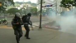 Полиция Венесуэлы применяет слезоточивый газ против демонстрантов