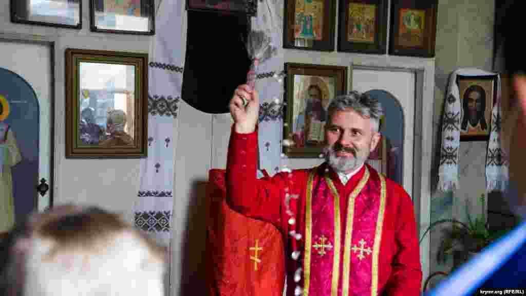 В Симферополе верующие Крымской епархии Православной Церкви Украины торжественно отпраздновали Пасху. Митрополит Климент совершил обряд освящения и провел всенощную службу