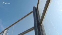 Керч: на трасі «Таврида» панелі від шуму вібрують через слабкі кріплення (відео)