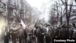 Manifestanți pe bulevardul care duce la clădirea Consiliul Județean Timiș al PCR , în centrul orașului. 17 decembrie 1989, ziua masacrului de la Timișoara