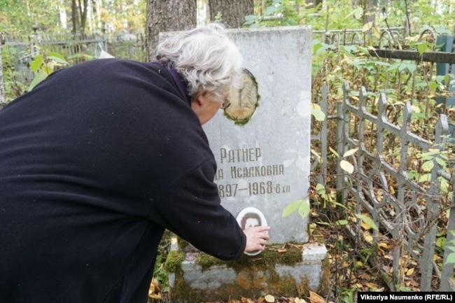 Почти 30 лет Маргарита Шкарлат убирается на кладбище репрессированных одна