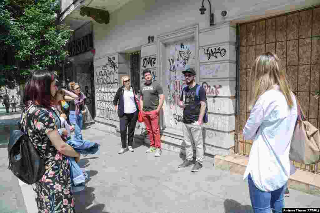 Prin intermediul Alternative Bucharest Tour, organizatdeValentin Dobrin, poți explora poveștile locale despre arta stradală, poți descoperi picturile murale, graffiti și poți afla detalii interesante despre arhitectura din București.