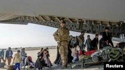 د کابل له هوايي ډګره په یوه بریتانیايي پوځي الوتکه کې د یو شمېر افغانانو د ایستلو لړۍ