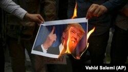 İranda etirazçılar Trump-ın şəklini yandırırlar
