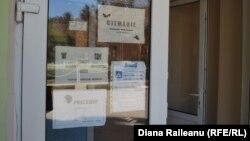 La intrarea în clădirea ce găzduiește micile afaceri