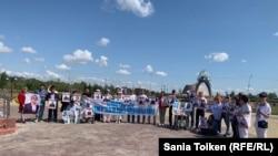 Собрание протестующих, требующих от властей освободить политических заключенных, на территории музейно-мемориального комплекса жертв политических репрессий и тоталитаризма «АЛЖИР». Акмолинская область, село Акмол, 16 августа 2019 года.