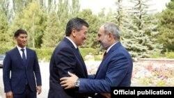 Встреча премьер-министра Армении Никола Пашиняна (справа) и президентом Кыргызстана Сооронбаем Жээнбековым (архив)