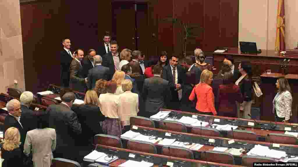 МАКЕДОНИЈА - Со аплауз и честитки беше прославено ратификувањето на договорот за името со Грција. Во отуство на опозицијата, за договорот едногласно гласаа ЗА 69 пратеници. Премиерот Зоран Заев порача дека договорот го штити македонскиот идентите за навек. ВМРО-ДПМНЕ обвини за кршење на сите процедури.
