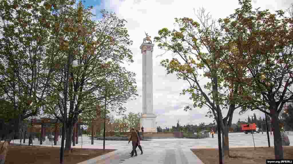 В начале парка установлена стела с Георгием Победоносцем