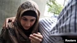 Алина Царнаева, сестра Джохара Царнаева, идёт мимо группы журналистов на заседание суда в Нью-Йорке. 30 сентября 2014 года.