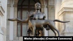 Статуята на Траян с вълчица на ръце