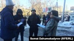 Несколько активистов у здания торгового центра в Бишкеке требуют извинений из-за собаки в ак-калпаке. Бишкек, 29 декабря 2017 года.