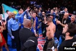 Рефери поднимает руку боксера из Казахстана Геннадия Головкина, объявляя его победителем. Нью-Йорк, 5 октября 2019 года