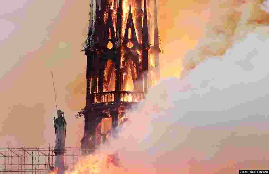 """Президент Франции Эммануэль Макроннаписал в Twitter, что тяжело переживает пожар в Нотр-Дам: """"Как и всем согражданам, мне больно смотреть, как горит частица нас"""". Макрон отменил запланированное выступление. Вместо этого он решил выступить у подножия руинов собора."""