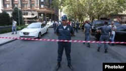Armenia - Police officers at the site of a deadly shooting in Yerevan, 14Sep2017.