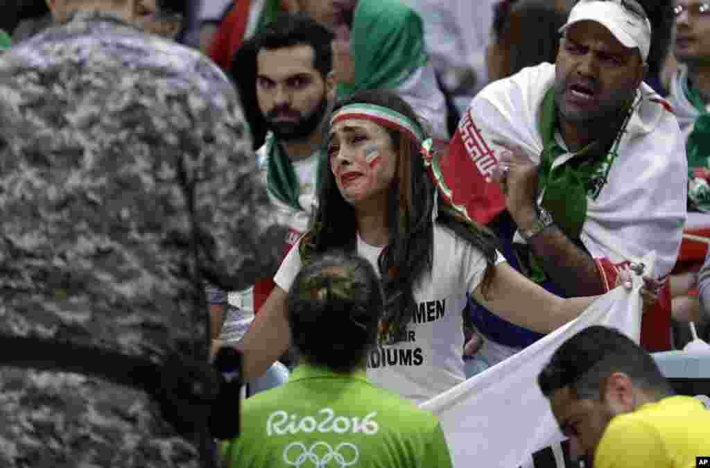 دریا صفائی، یک کنشگر زاده ایران، که در جریان مسابقه والیبال تیم ملی ایران در المپیک ریو، با بنری در مورد حضور زنان در استادیومها به ورزشگاه رفته بود، میگوید با وجود دخالتها، باز هم به این کار ادامه میدهد.