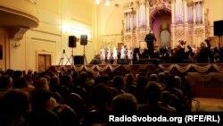 Діти співають пісні «Бітлз» у Львівській філармоніїї, 5 березня 2017 року