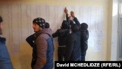 Несмотря на то что представители «Нацдвижения» и «Грузинской мечты» в течение дня поочередно обвиняли друг друга в попытке подтасовать голоса и сорвать выборы, процесс все же завершился – участки закрыты, урны запечатаны