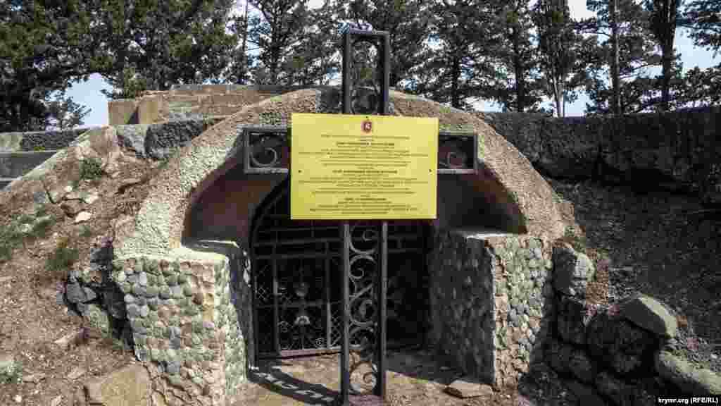 Деякі краєзнавці розповідають, що охоронною табличкою цього склепу-усипальниці початку XX століття на мисі насправді закрили й убезпечили від усіх охочих вхід до підземних комунікацій середньовічного маяка і поселення