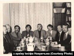 Савецкія дарадцы з сакратаром ЦК НДПА Мірам Сахебам Карвалем (у цэнтры)