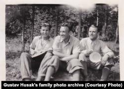 Молодой Густав Гусак (слева) на отдыхе с друзьями, середина 1930-х годов