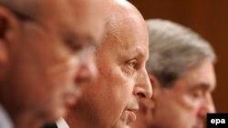 Джон Негропонте (в центре) признал, что «Аль-Каида» по-прежнему угрожает США