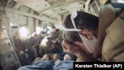 Раненных в Грозном российских военнослужащих вывозят из Чечни на вертолете. 3 февраль1995 год