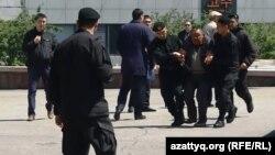 Полиция задерживает гражданина, оказавшегося на площади Республики в день ожидания акции протеста. Алматы, 7 мая 2016 года.